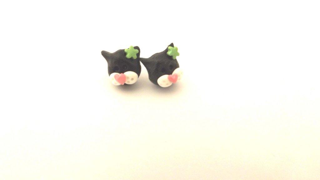 ORECCHINI PERNO - GATTINO NERO con fiorellino verde   - FIMO - adatto anche a bambine