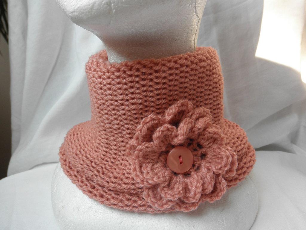 Scaldacollo rosa salmone senza cuciture con spilla a fiore