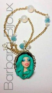 Collana con volto di sirena dai capelli colore verde acqua.