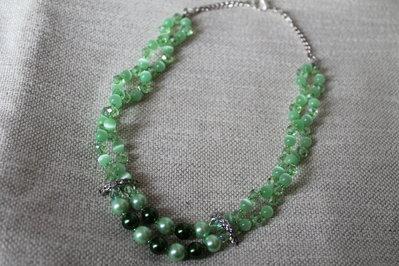 Collana con perle occhi di gatto e cristalli verde brillante fatta a mano