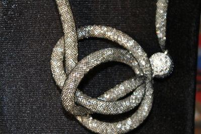 Collana in rete tubolare con piccoli cristalli swarovski e sfera argentea con strass