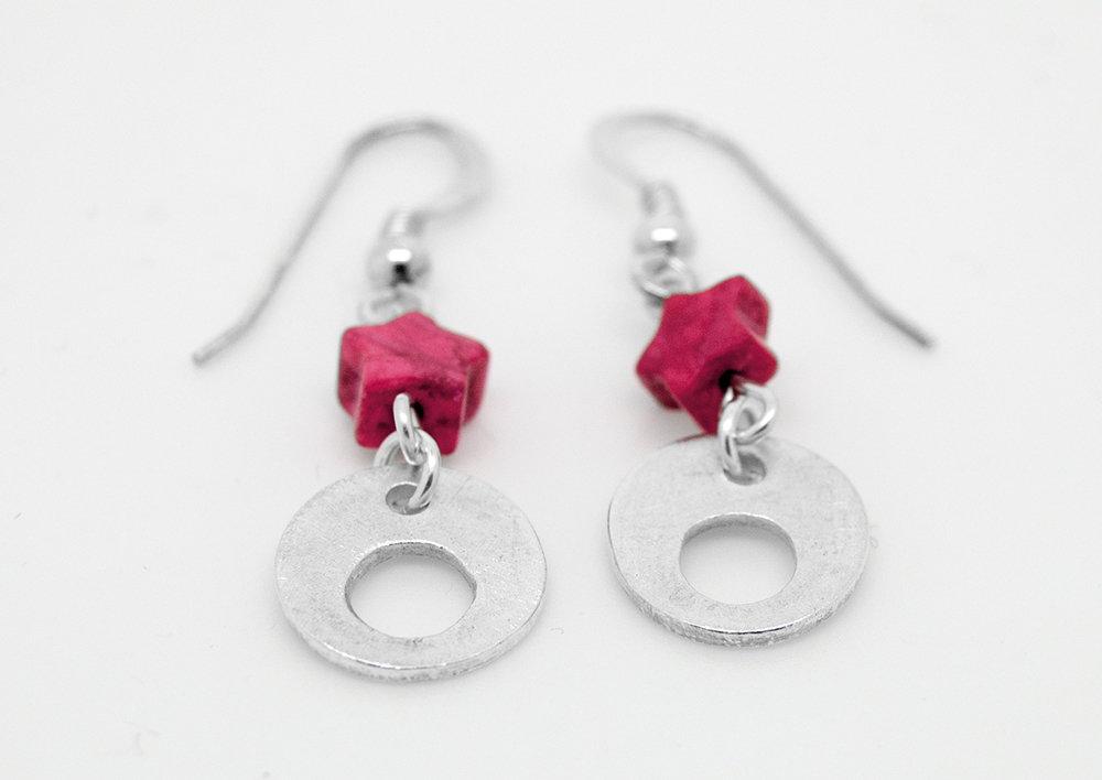 Orecchini pendenti con cerchietti in puro argento e stelle in howlite rossa