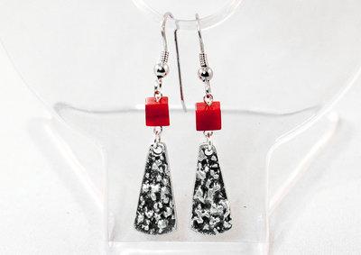 Orecchini con targhette a ventaglio grezze in puro argento e cubi in corallo tinto rosso