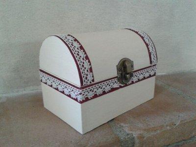 Bauletto in legno decorato a mano con base beige, nastro di raso bordeaux e merletto avorio