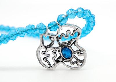 Pendente in filigrana di puro argento con CZ blu e collana in perline di vetro azzurro