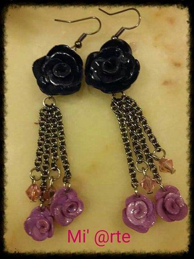 Orecchini pendenti in pasta polimerica con rose lavorate a mano e swarovki.
