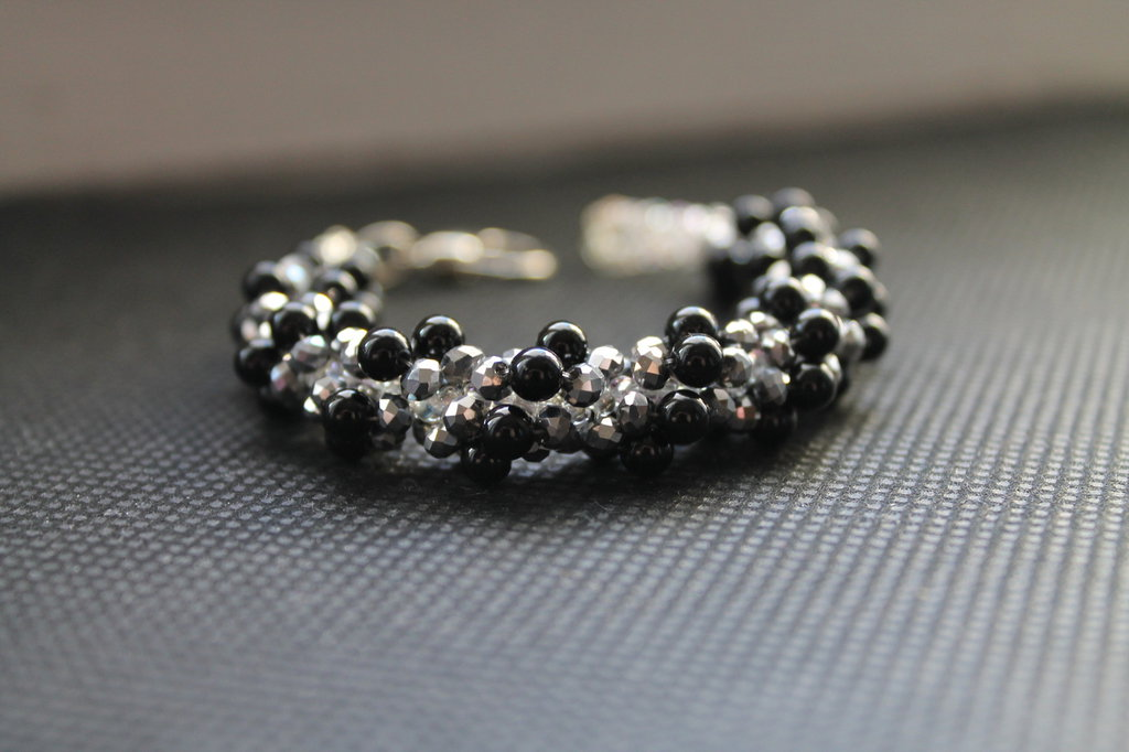 Bracciale con cristalli metallic argento e perle nere
