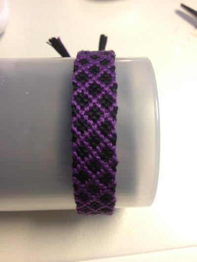 Braccialetto cotone colorato con effetti 3d in viola e nero