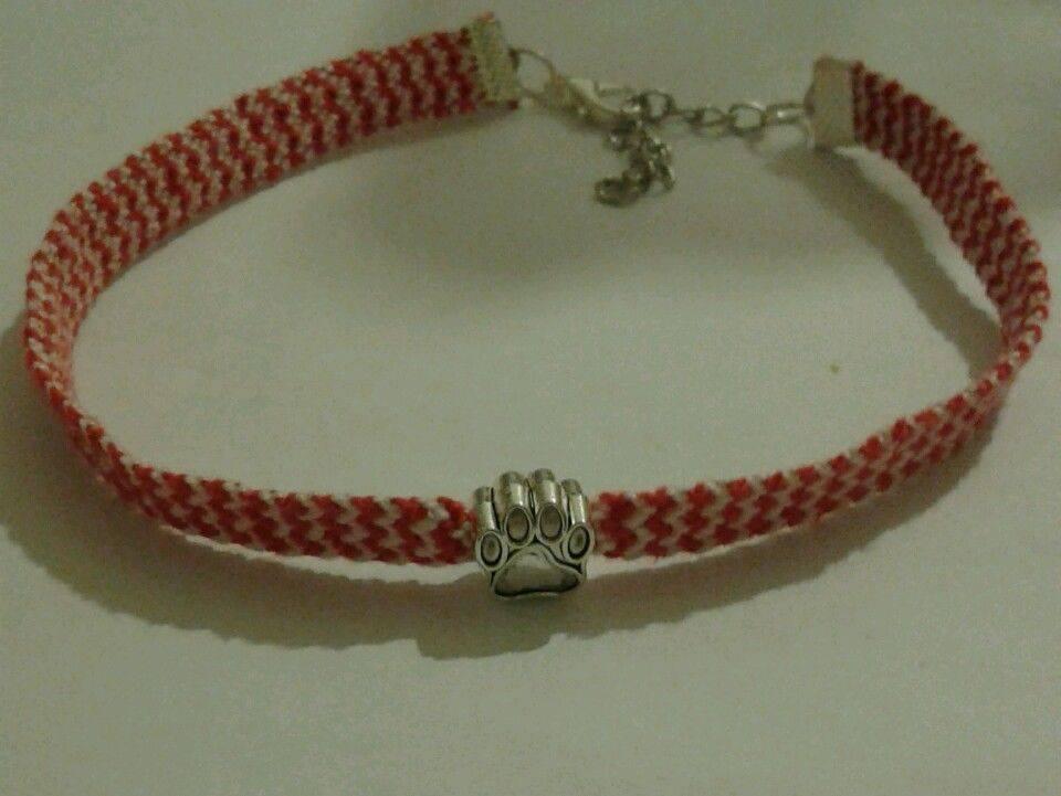 Collare per cani o gatti fatto a mano con trama bianca e rossa e ciondolo con zampetta