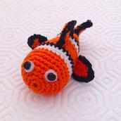 Pesciolino Nemo amigurumi arancione bianco e nero, con pinna atrofica, fatto a mano all'uncinetto