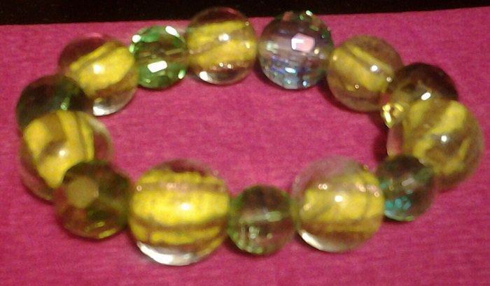 allegro e simpatico bracciale elasticizzato in misura unica fatto di biglie di cristallo italiano di colore prevalentemente giallo