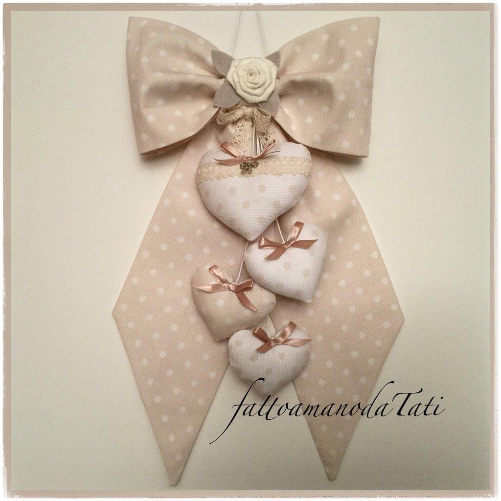 Fiocco nascita in piquet di cotone color tortora a pois bianchi con cuori e rosa bianca