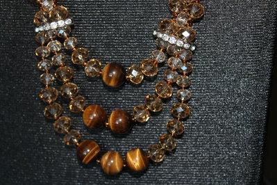 Collana con perle occhio di tigre e cristalli color ambra
