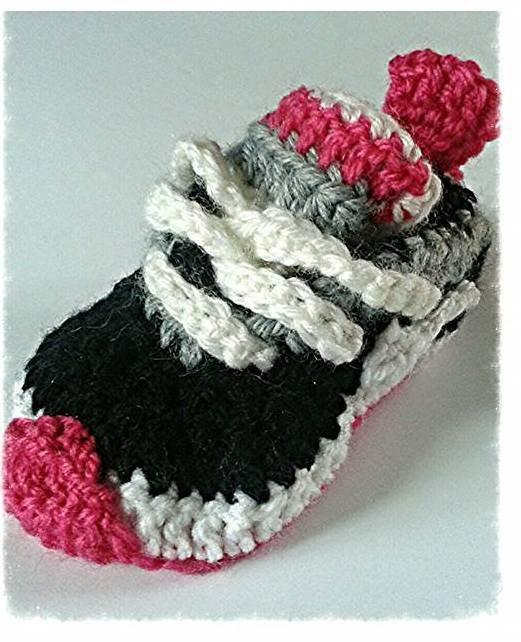 Scarpine realizzate ad uncinetto, modello sneakers  per bambina colore fucsia,bianco,grigio e nero -Modello Cassiopea-