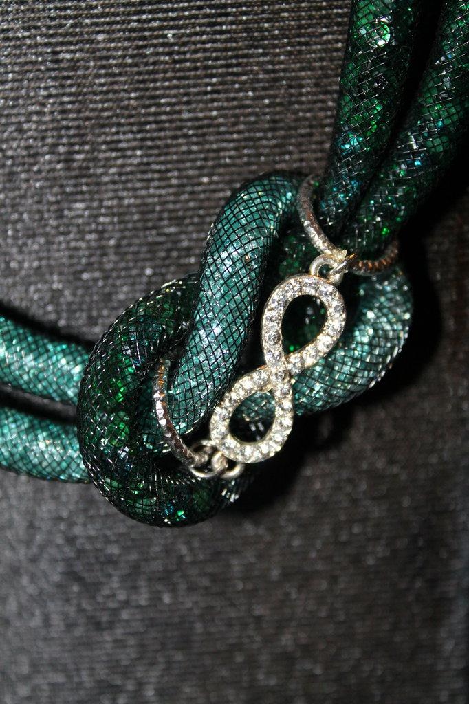 Collana in rete tubolare nera con cristalli swarovski verdi e simbolo dell'infinito