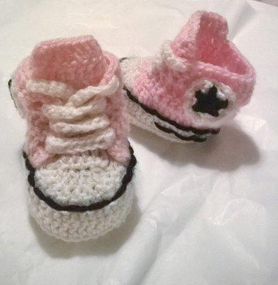 Scarpine da ginnastica   realizzate  con l'uncinetto da bambina, in lana o cotone colore rosa -modello Stella-