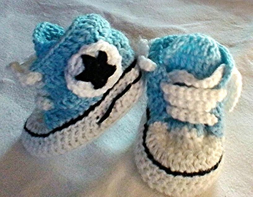 Scarpine da ginnastica   realizzate ad uncinetto per bambino in lana o cotone colore azzurro -modello Pegaso-