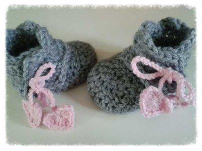 Stivaletti realizzati ad uncinetto  per bambina in  lana rosa e grigia - modello Diadema  -