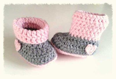 Stivaletti  per bambina  realizzate ad uncinetto in lana anallergica colore rosa e grigio -modello Berenice-