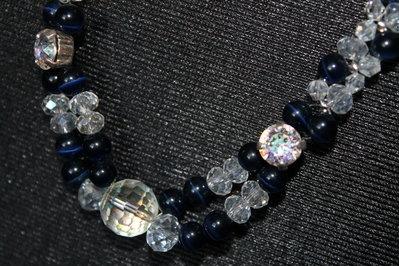 Collana con perle blu notte e cristalli