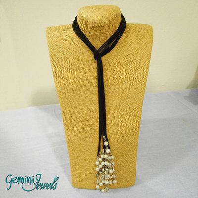 Collana multifile in pelle scamosciata con pendagli di perle