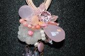 Collana rosa con pendente di perle , pietre e cristalli rosa