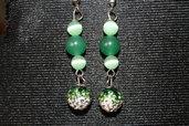 Orecchini con perle verdi e perline pavè sfumate sul verde