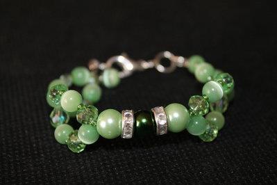 Braccialetto con perle verde chiaro e cristalli verdi