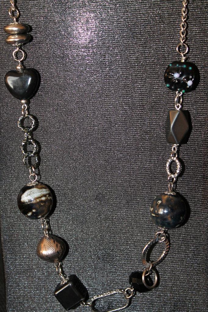 Collana con pietre dure e metallo argento e nera