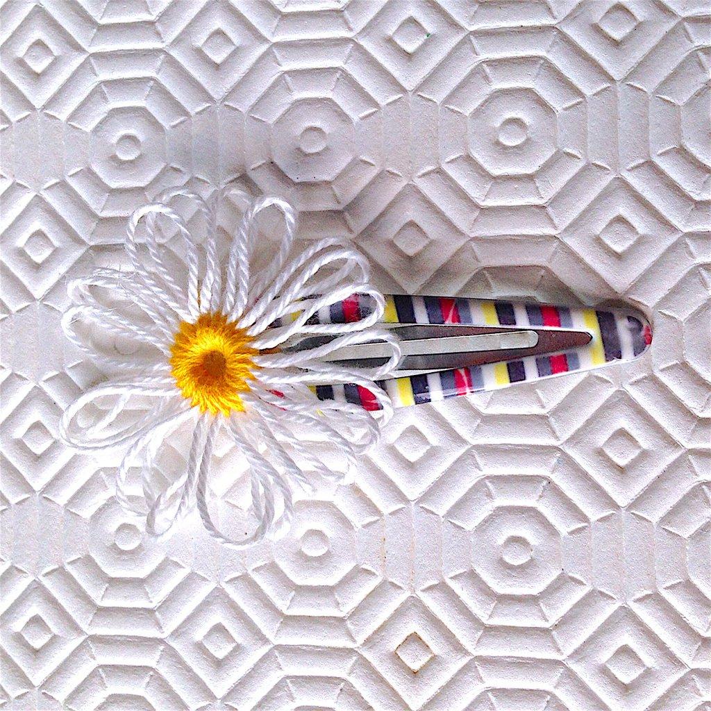 Mollettina per capelli a righe colorate con margherita bianca e gialla fatta a mano