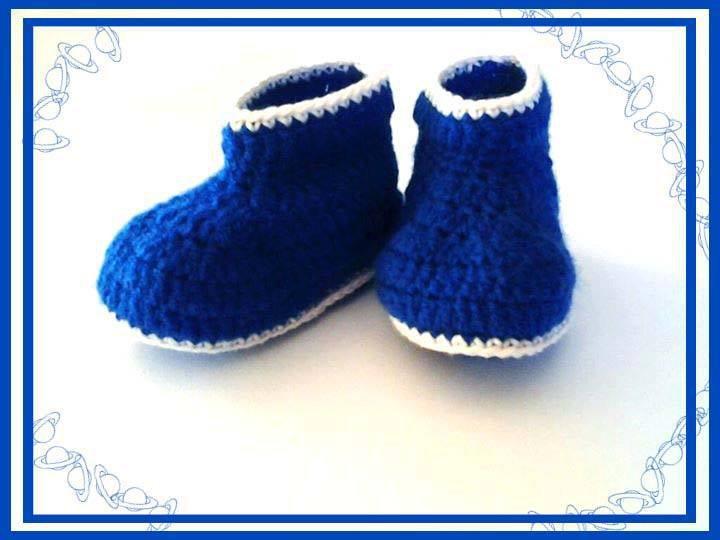 Stivaletti per bambino fatti a mano ad uncinetto, in lana blu e bianca anallergica - modello Agena -