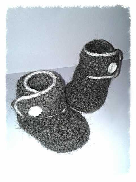 Stivaletti  da bambino realizzati ad uncinetto in  lana anallergica bianca e grigia - modello Ariete -