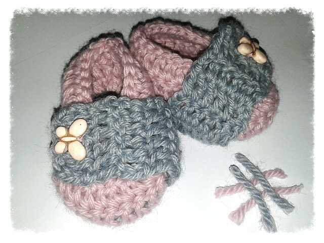 Scarpine stile ballerina ad uncinetto,per bambina, in lana anallergica o cotone nel colore rosa e grigio - Modello Delfina-
