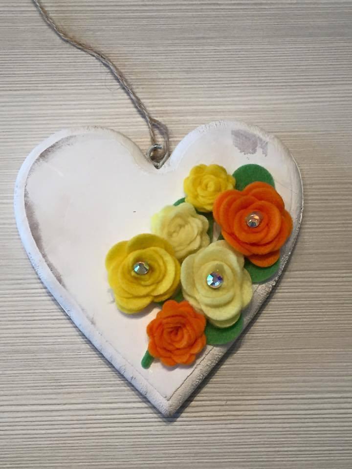 Cuori in legno con fiori applicati