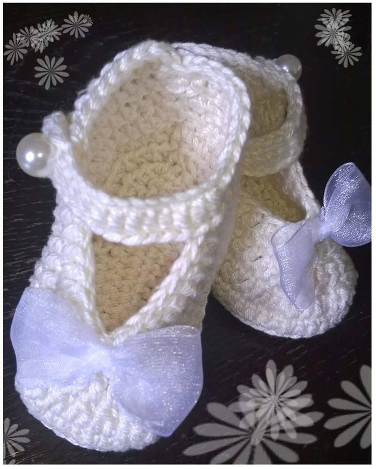 Scarpine stile ballerina ad uncinetto per bambina, in cotone panna e fiocco organza, ideale per battesimo.