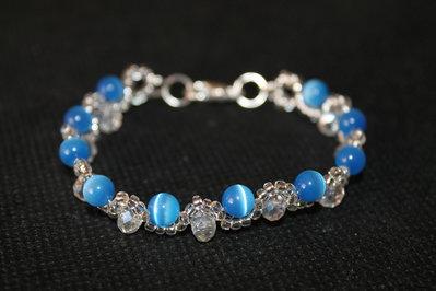 Braccialetto con perle azzurre occhi di gatto e cristallo cinese