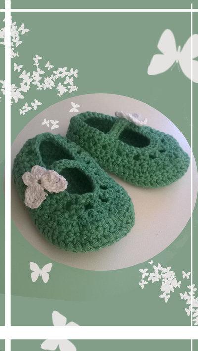 Scarpine stile ballerina ad uncinetto,per bambina, in lana anallergica o cotone nel verde con farfalla bianca -Modello fly-