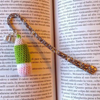 Segnalibro a gancio con matita verde amigurumi e charm a libro, fatto a mano all'uncinetto