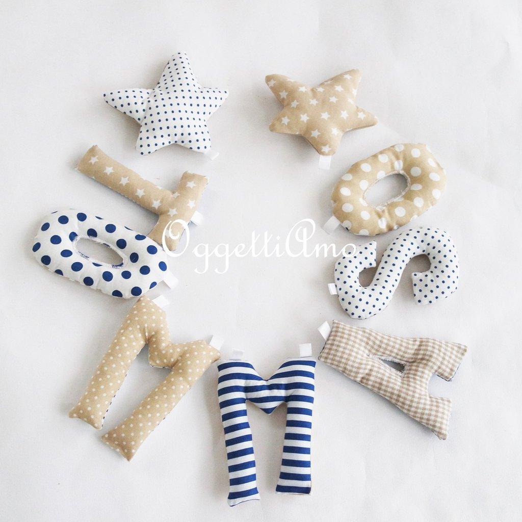 Tommaso: una ghirlanda di lettere di stoffa imbottite per decorare la cameretta in blu e beige.