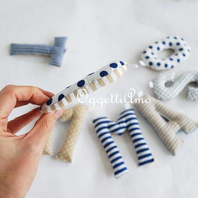 Tommaso: una ghirlanda di lettere in stoffa blu e beige per decorare la sua cameretta