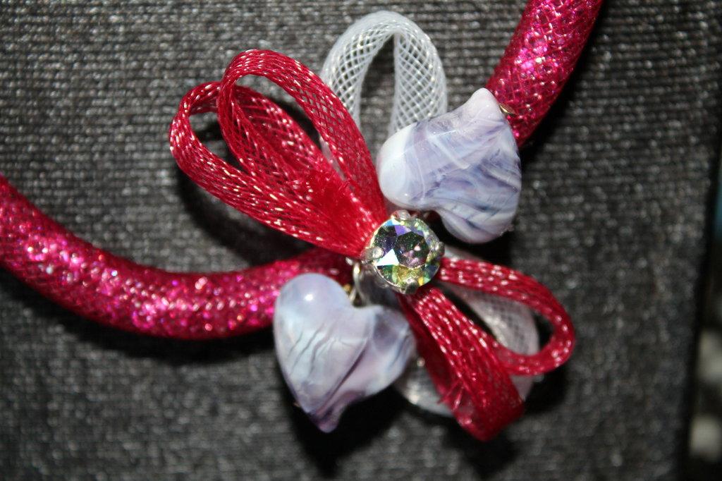 Collana in rete tubolare bordeaux con cuori e cristalli