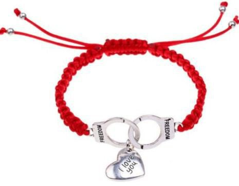 Bracciale con cordino rosso,ciondoli manette e cuore idea regalo per lei e lui