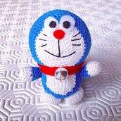 Doraemon amigurumi simpatico e divertente, fatto a mano all'uncinetto, con dettagli in feltro e vero campanellino