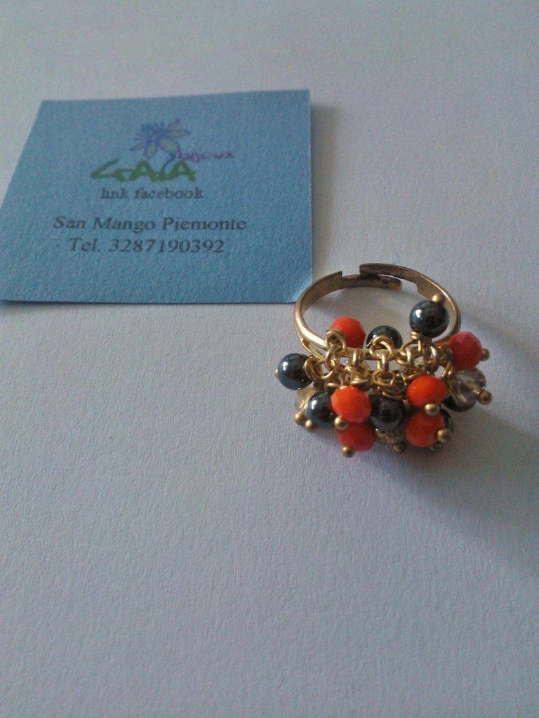 Anello dorato regolabile con mezzi cristalli arancioni