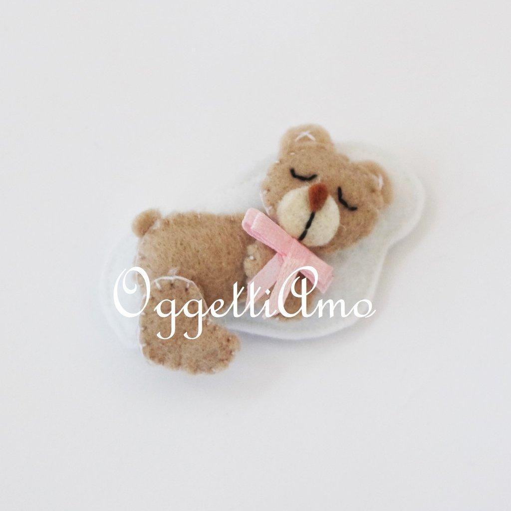 Una bomboniera in pannolenci confezionata a mano: graziosi orsetti in feltro su morbida nuvoletta!