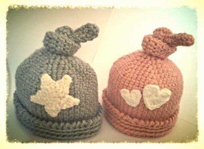 cappellino berretta ad uncinetto in lana o cotone nei colori rosa antico e grigio, con motivo cuore o stella. -Modello Infinity-