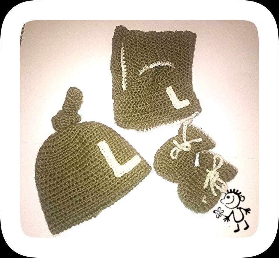 Cappellino,sciarpa e muffole (guanti) in lana realizzati ad uncinetto personalizzabili, di colore tortora -Modello Leo-