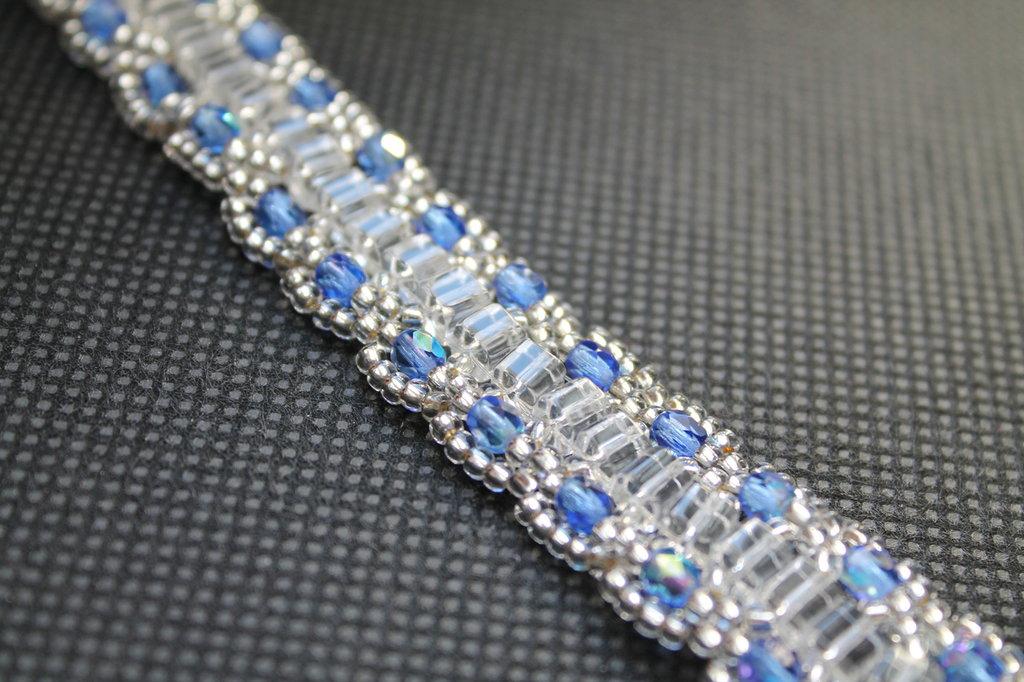 Bracciale con perle quadrate e cristalli blu