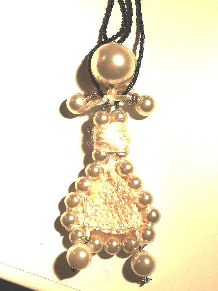 Collana di due fili di corallini piccoli neri con pendente fatto a mano con bambolina realizzata con perle e vestito di raso rosa lavorato ad uncinetto