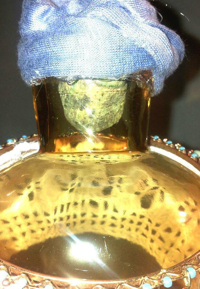 bottiglietta in vetro decorata a mano con pizzo ad uncinetto di cotone bianco cerchio in metallo con piccoli corallini azzurri con piccoli  pendenti